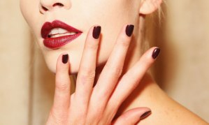 Burgundy Make nas unhas.
